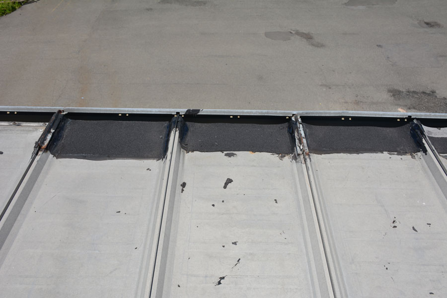 The edging of a metal roof is also prone to leaks. The gutters and gutter hangers are fastened to the edge of the roof with screws.